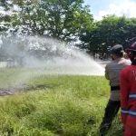 Proses pemadaman api, dalam simulasi penanggulangan karhutla di Stadion Panunjung Tarung Kuala Kapuas, Sabtu (29/5/2021).